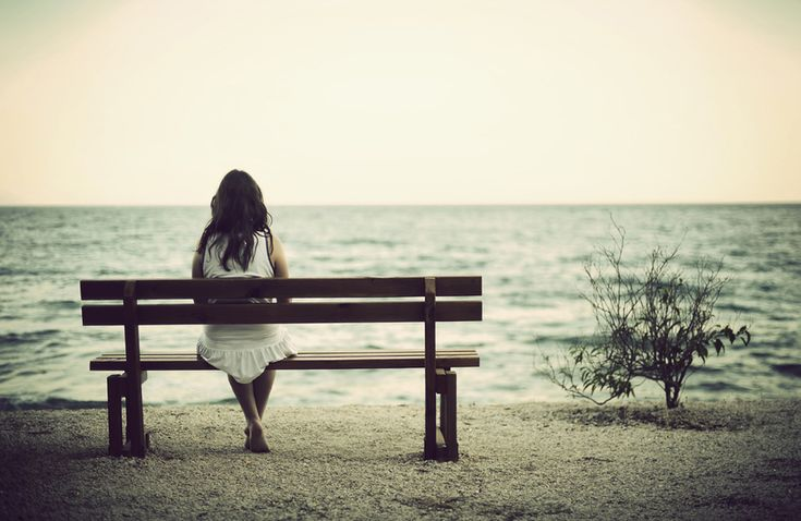 Sentada frente al Mar