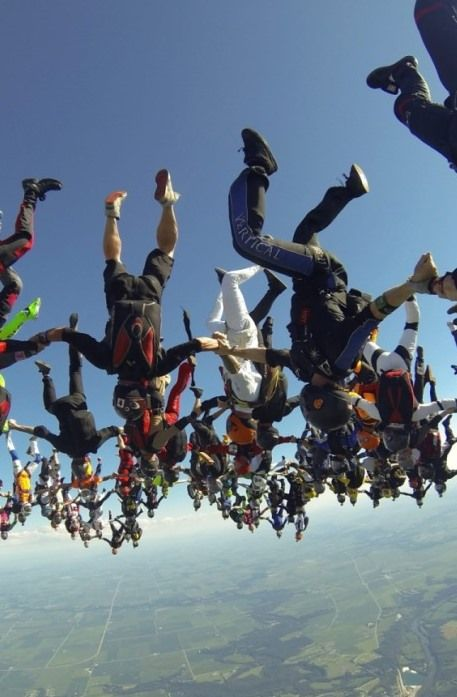 """164 spadochroniarzy tworzy w powietrzu formację spadając """"głową w dół"""" nad Ottawą w stanie Illinois (USA), ustanawiając nowy rekord świata. http://www.tvn24.pl/zdjecia/zdjecie-dnia,46897,lista.html"""