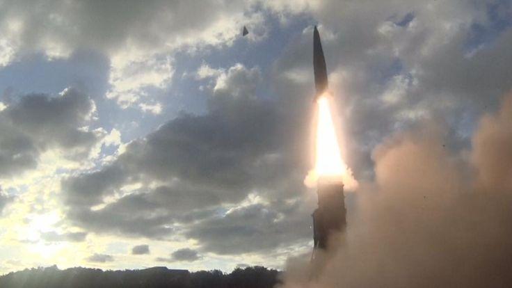 15 09 2017  Noord-Korea heeft vrijdag een raket afgevuurd vanuit het Sunan-district in de hoofdstad Pyongyang. De raket is afgevuurd in oostelijke richting en is over Japan heen gevlogen.   Volgens de Japanse zender NHK vloog de raket over het noorden van het land en stortte het daarna in de Grote Oceaan. Japan bevestigt dit en stelt dat het projectiel 2.000 kilometer oostelijk van het meest noordelijke eiland Hokkaido in de zee belandde. Japan had een waarschuwing afgegeven waarin het bur