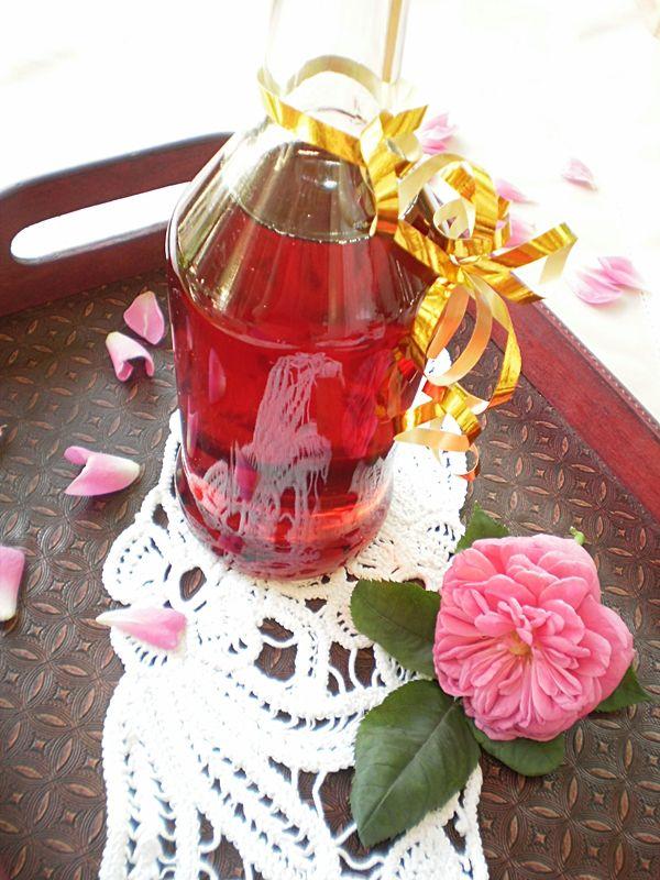 Ingrediente 50 de trandafiri parfumati 2 litri apa 1 kg zahar 1 plic sare lamaie(8 gr) Mod de preparare Petalele de trandafiri se freaca foarte bine cu sarea de lamaie pana incepe sa lase zeama . Punem peste ele cei doi litri de apa calduta si lasam la macerat timp de 3-4 ore. Scurgem lichidul