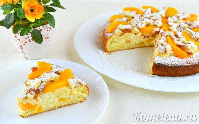 Бисквитный пирог с персиками