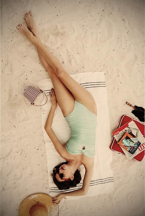 La position idéale pour lire un livre à la plage ... écouter allongée