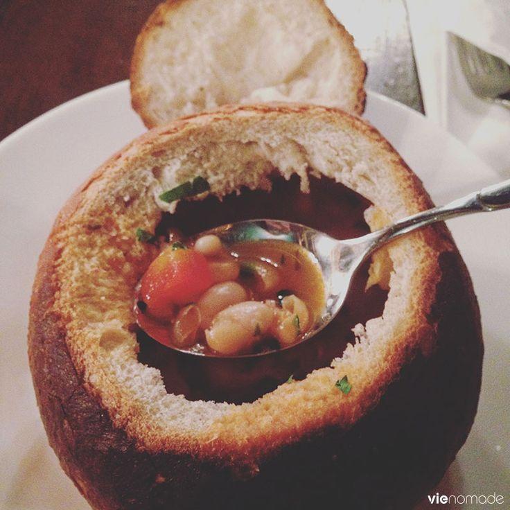 Ciorba de fasole en paine (soupe aux haricots servi dans un pain), Caru Cu Bere à Bucarest, Romania