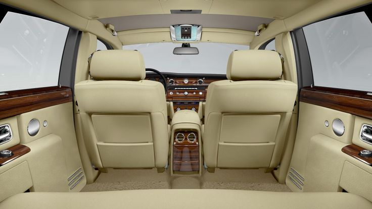 De Phantom Extended Wheelbase biedt een royale 250 mm extra beenruimte voor de achterpassagiers, die nog meer ruimte verschaft door de vlakke vloer.Met dikke, wollen tapijten is deze auto het summum van comfort. Een sfeer van privacy wordt gecreëerd door de brede C-stijlen, waarbij de achterzetels in de achterste stand uw privacy waarborgen zonder uw uitzicht te beperken.
