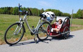 Vélo et sa remorque bébé. Remorque vélo Enfant La remorque vélo est la solution idéale pour promener son enfant dans les meilleures conditions de confort. Le conducteur du vélo n'est pas déséquilibré par le poids de l'enfant, quand celui-ci est assis dans un siège enfant du vélo. Des règles de sécurité sont à respecter, tant lors de l'acquisition de la remorque que lors de la conduite. De nombreux accessoires amélioreront le confort de l'engin.