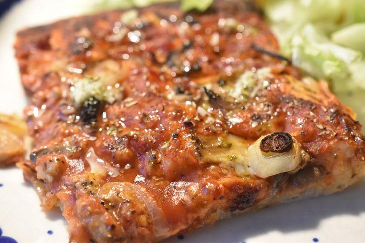 Er du også vild med pizza, men orker du ikke rigtigt at ælte en pizzadej eller rulle den ud?  Med denne pizzadej slipper du for alt besværet, og du kan hurtigt trylle pizzaer, også selvom