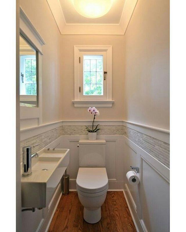Lavabo pequeno e elegante com piso de madeira!