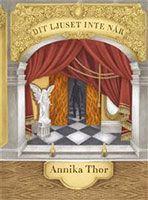 Dit ljuset inte når av Annika Thor. Maria är så inne i boken att hon glömmer hoppa av spårvagnen