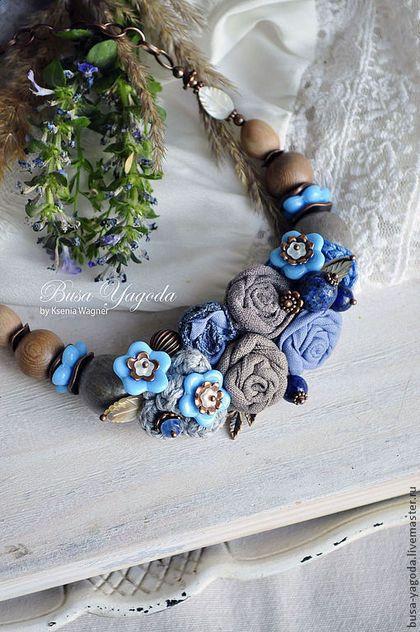 Купить или заказать Колье 'Букетик с незабудками' в интернет-магазине на Ярмарке Мастеров. Коллекция 'Жизнь маленьких цветов' Летнее колье, созданное из композиции различных цветов, где основным, и милым акцентом выступают голубые цветы из стекла, так напоминающие незабудки. Текстильные цветы дополнены вязаными декоративными элементами. В них спрятались различные бусинки синих оттенков из кианита, лазурита и содалита. А так же маленькие перламутровые листочки, веточка с листиками медного…
