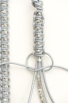 Geflochtenes Armband aus Lederbändern und Perlen (oder Muttern aus dem Baumarkt)