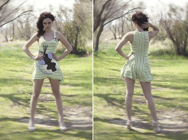 """Φόρεμα ριγέ με κοψίματα και χειροποίητο απλικέ σχέδιο """"mouse""""."""