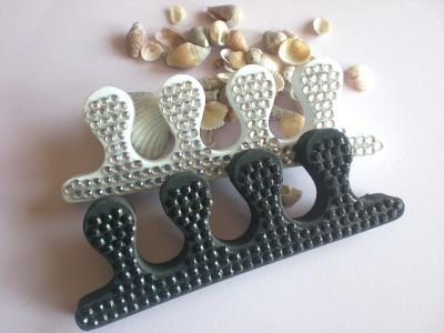 1x paire de séparateurs pour orteils décorés avec des strass de cristal.Mettez-vous les doigts de pied en éventail !Accessoire indispensable pour une pédicure réussie, les séparateurs d'orteils vous permettent de poser votre vernis san