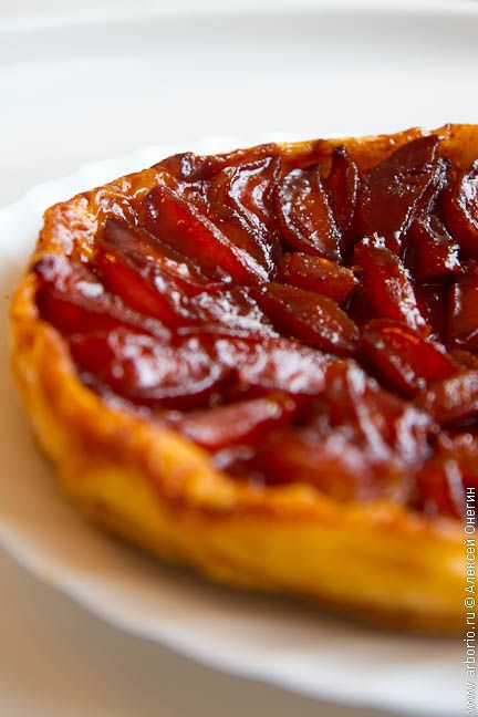 Тарт татен - яблочный пирог родом из Франции, ароматный и невероятно вкусный. Мой рецепт не совсем аутентичен, но он наверняка один из самых простых.