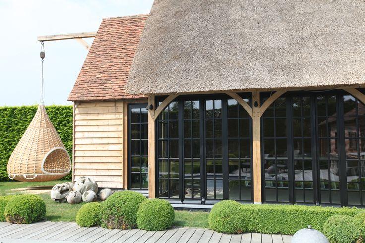 Eiken houten bijgebouw met houten zwarte gelakte ramen ~ rieten dakbedekking gecombineerd met recup tegelpannen