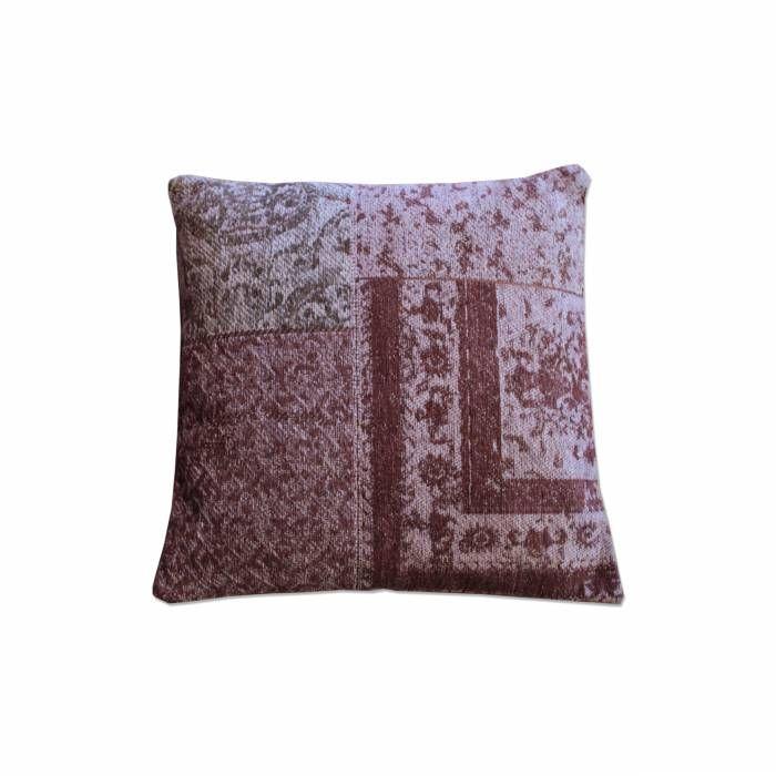 Kussen Pillow Paars Description: Dit Kussen Pillow is van het merk By-Boo en is een ware aanwinst voor je interieur. Dit vierkante sierkussen heeft een afmeting van 100 bij 100 cm en is voorzien van een uniek dessin. Leg het op je bank in de woonkamer en creëer zo een sfeervolle uitstraling in je moderne inrichting. Het prachtige ontwerp vormt een lust voor het oog en zal de ruimte een vintage-uitstraling geven. Je kunt dit kussen van By-Boo bovendien makkelijk combineren met andere zwarte…