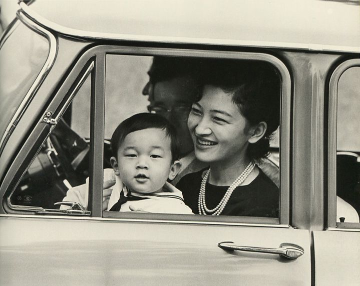 Her Majesty the Empress and young His Imperial Highness the Crown Prince who enjoy a drive. 1961. Syowa.