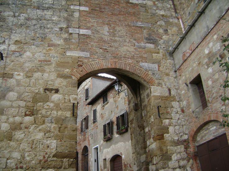 Montepulciano: San Biagio's door Montepulciano: la porta di San Biagio Montepucliano: la porte de San Biagio