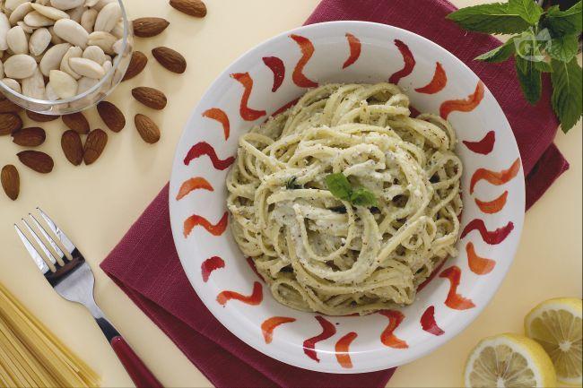 Le linguine con pesto di mandorle sono un primo piatto veloce da preparare e molto saporito. Ingredienti semplici per una pasta dal gusto avvolgente