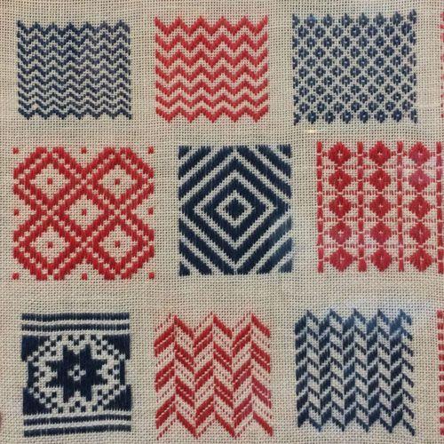 Kijk wat ik gevonden heb op Freubelweb.nl: het patroon van een stoplap van Anne Ellerburg gemaakt in 1897 https://www.freubelweb.nl/freubel-zelf/zelf-maken-met-borduurgaren-stoplap/