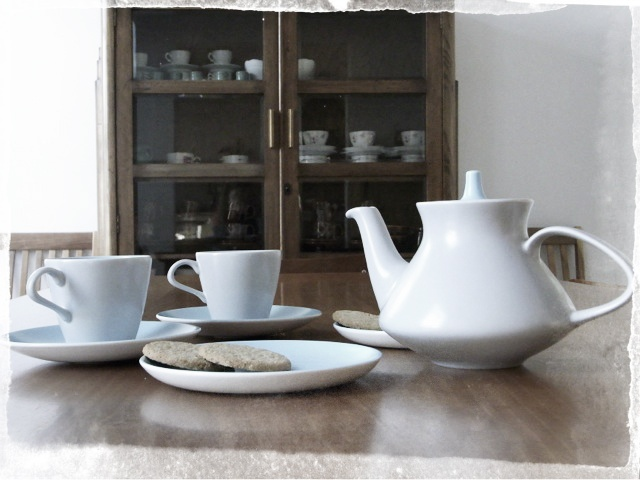 In a cold Winter afternoon there's nothing better then a tea. Giovanna from London as the same opionion. Here is her favourite piece: The vintage tea set