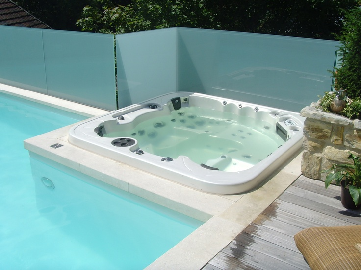 dieser swimmingpool wurde um einen whirlpool erg nzt die. Black Bedroom Furniture Sets. Home Design Ideas