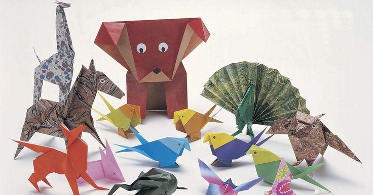 Como fazer um origami de pessoa simples. Origami é a arte tradicional japonesa de dobrar papel para fazer figuras, que variam de animais a objetos inanimados. Algumas dobraduras de origami possuem instruções complexas que podem ser difíceis para iniciantes. É possível criar uma pessoa de origami simples, ainda que a cabeça tenha que ser feita separadamente do corpo a fim de atingir um ...