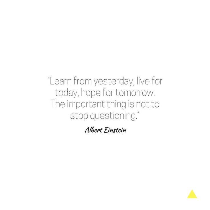 """""""Aprenda com o ontem, viva para hoje, espere pelo amanhã. O importante é não parar de questionar"""". - Albert Einstein"""
