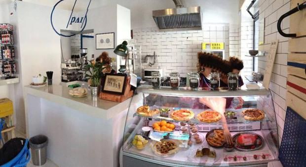 4.  Pai Bikery - Via Cagliari 18D, Torino  «Fast bikes & slow food» è il motto di Pai Bikery, a Torino. Promessa mantenuta: accanto al negozio e alla ciclofficina, c'è la caffetteria aperta da colazione e merenda. Un angolo dall'animo hipster dove assaggiare dolci handmade (dalla cheesecake alla torta di mele), hamburger (ma solo di venerdì) e le specialità del brunch del weekend. D'estate fanno pure la limonata fatta in casa.