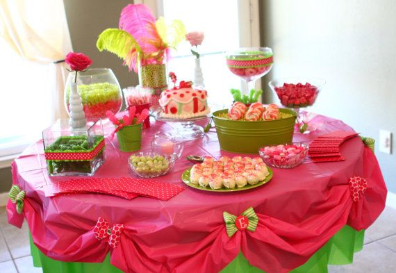 Double tablecloths to dress up a party table: Tables Clothing, Plastic Tablecloths, Little Girls Birthday, Cute Ideas, Girls Birthday Parties, Layered Plastic, Parties Ideas, Parties Tables, Strawberries Shortcake Parties