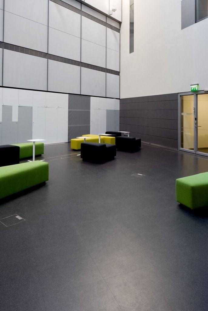 Não somos pisos vinílicos, somos pisos de borracha. Os pisos Nora são 100% de borracha, baseados em qualidade e sustentabilidade com mais de 300 variações de cores e design, totalmente ergonômico, certificação LEED, resistente a manchas, ao grande tráfego comercial e voltado para diversas aplicações. Instalação dos pisos norament® 825, norament® 986 luxor no Musiikkitalo (Konzerthalle) em Helsinki | Finlândia.