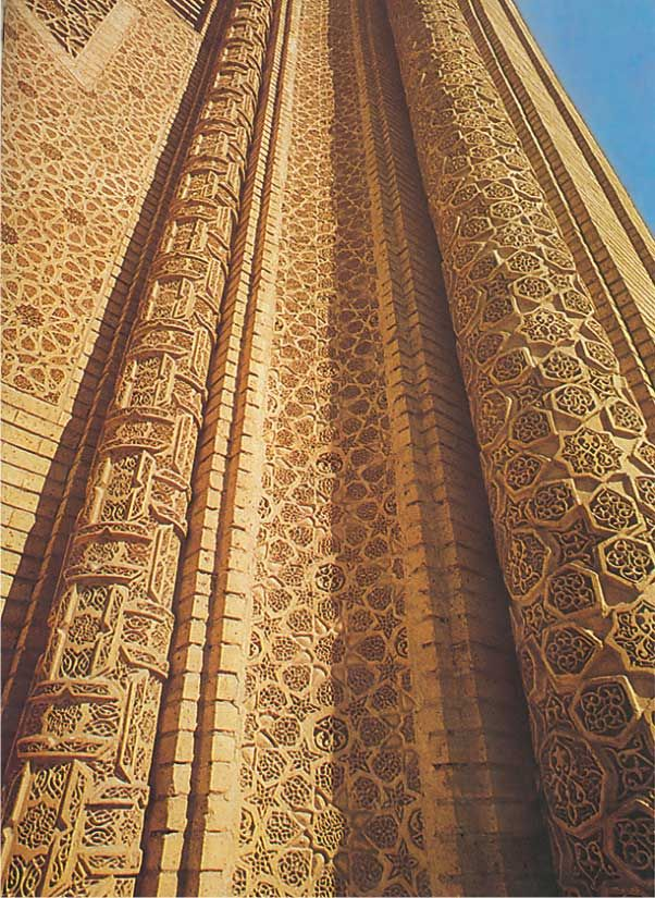Abbasside à Bagdad palais, construit au début du XIIIe siècle, et est l'un des exemples les plus importants qui mettent en valeur l'architecture islamique en Irak. Il est construit de brique, belle décoration. Hath et décoré de motifs géométriques d'étoiles, polygones, ce qui augmente la cohérence des formes