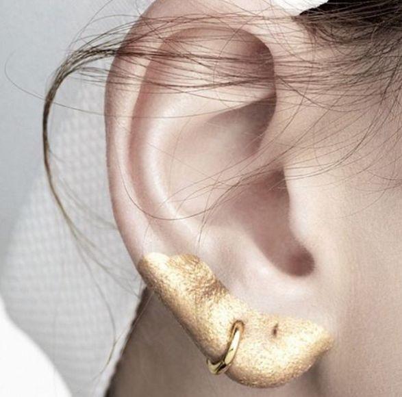 Внимание! Макияж добрался до ваших ушей. В тренде не только геометрический черный, но и золотистый, серебряный и блестки.