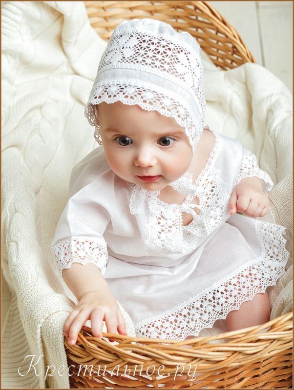 Красивый чепчик для крещения из тонкого хлопка с оторочкой, вставкой и завязками из плетеного кружева с узором в виде ромбиков (для мальчика), овалов (уни) или цветочков (для девочки).