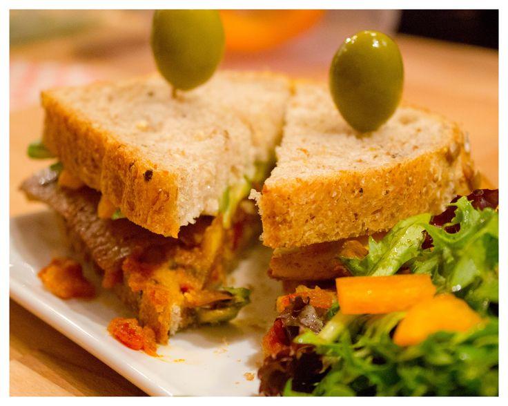• LILI – VégétaLien – Soja confitada –  Confit de soja au paprika doux – Avocat, noix, tomate, laitue et sauce romesco maison au piment et poivron rouge grillés dans l'huile d'olive première qualité. Touche de véganaise. Tous nos sandwiches sont accompagnés d'une salade de saison assaisonnée d'une belle huile d'olive première pression aux vinaigres de Xérès et Modène, olives, noix & fruits secs.