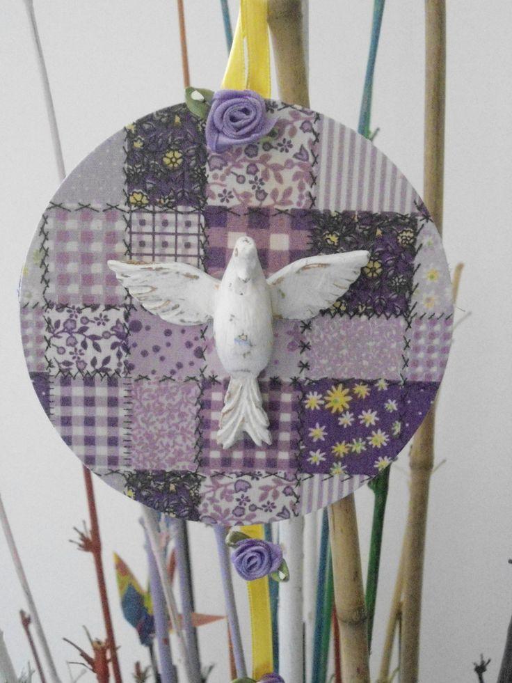 Mandala do Divino Espírito Santo (média), trabalhada com material reciclado , tais como: tecido de algodão, fita de cetim e flores de tecido. <br> <br>Divino em resina branca com pátina provençal. <br>Base em cd . <br>Peça única, feita exclusivamente para você. <br> <br>Diâmetro : 12 cm <br> <br>Se tiver que jogar material fora, jogue nas mãos de um artesão - ele, com certeza, saberá fazer bom uso do mesmo. <br> <br>Faça sua parte. Salve o Planeta! <br> <br> <br>OBS: Sugerimos ler as…