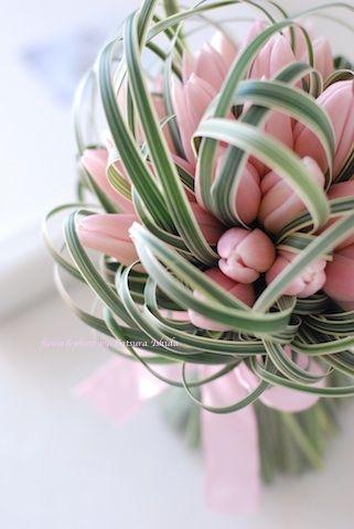 """「フランスの伝統色」という本によると """"Rose bébé(ローズ・ベベ)""""という色名がぴったりあてはまる 淡いピンク色のチューリップでお作りした..."""