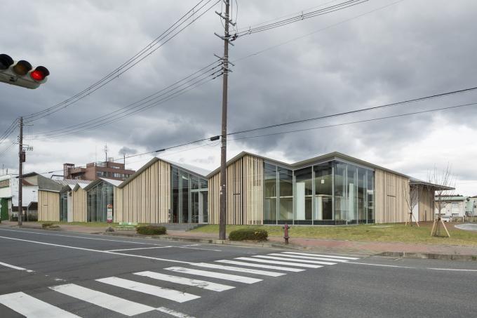 Exterior view. Towada Civic Center Plaza by Kengo Kuma, Towada, Aomori Prefecture, Japan. Photograhy © Kenta Hasegawa. Click above to see larger image.