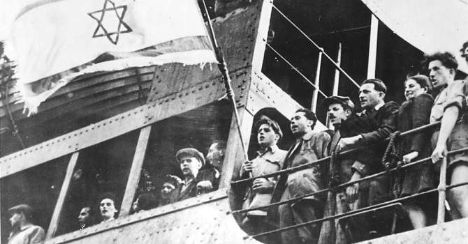 """Le drapeau de l'Exodus, navire à bord duquel des milliers de survivants de l'Holocauste tentèrent de rejoindre la Palestine, a été retiré d'une vente aux enchère et vendu à une institution publique a indiqué la maison de vente israélienne. Son périple a inspiré le best-seller """"Exodus"""", de Leon Uris, puis un film avec l'acteur américain Paul Newman."""
