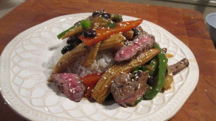 Biefstuk in zwarte bonen saus voor 4 personen Ingrediënten: 2 el zwarte bonen in blik ( gewassen) 400 gr biefstuk 1 rode paprika 1 groene paprika 2grote uien 2 tl maïzena 1 el sojasaus 1 el ketjap…
