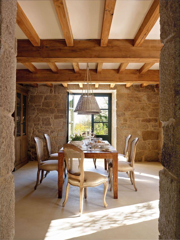 00315361. Rústico comedor entre muros de piedra con lámparas de techo de mimbre_00315361