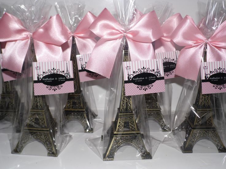 Torre Eiffel Paris tamanho 18 cm    Acompanha embalagem, laço de cetim pronto com fecho atrás e tag de agradecimento personalizado    Mandamos tudo prontinho para embalagem em casa    Descrição:  - Produzida em metal com um excelente acabamento;  - Perfeito para decoração ou lembrancinha tema Par...