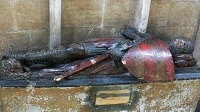 Monument to Robert de Harcourt Worcester Cathedral, 1202 http://professor-moriarty.com/info/section/church-monument-art/13th-century-church-monuments-effigy-cross-legged-knight-worcester-cathe