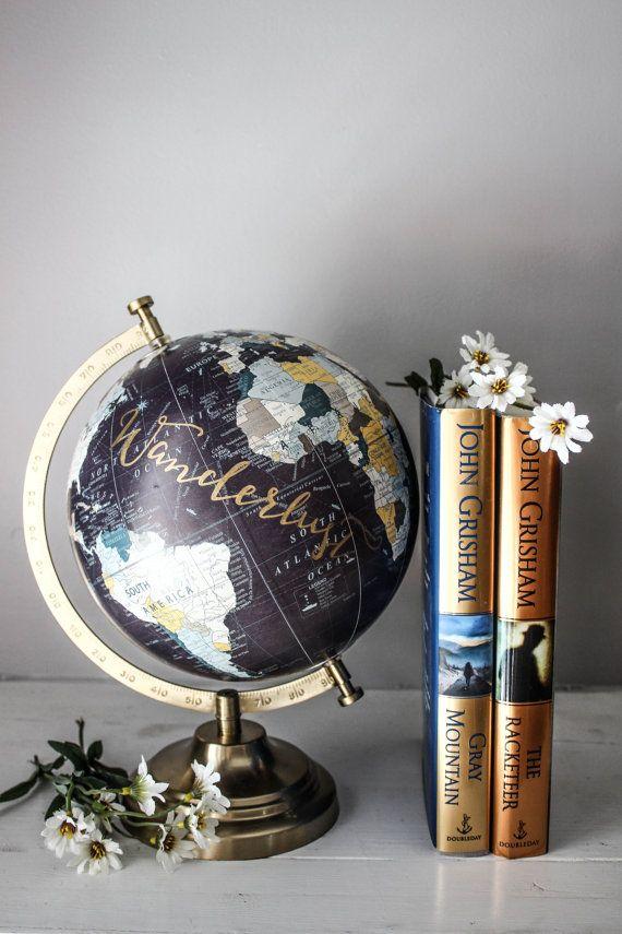 Wanderlust - goud & pruim, grote Globe, reizen citaat, kalligrafie