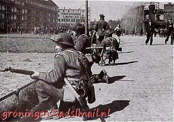 Canadian soldiers during the Battle of Groningen./ Canadese soldaten tijdens de Slag om Groningen