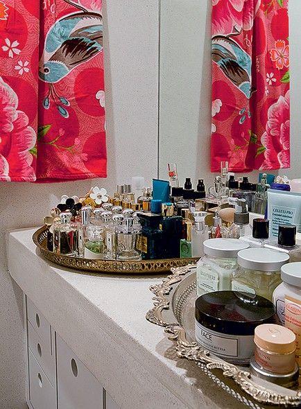 Na bancada do banheiro da estilista Adriana Barra, duas suntuosas bandejas marroquinas expõem perfumes e cremes, arrumados de forma plástica