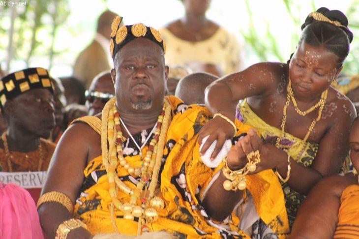 Parures en Or et Tenues d'Apparat Akan du Roi Nannan Kanga Assoumou lors du 21ème anniversaire de son intronisation à Mooussou en Côte D'ivoire