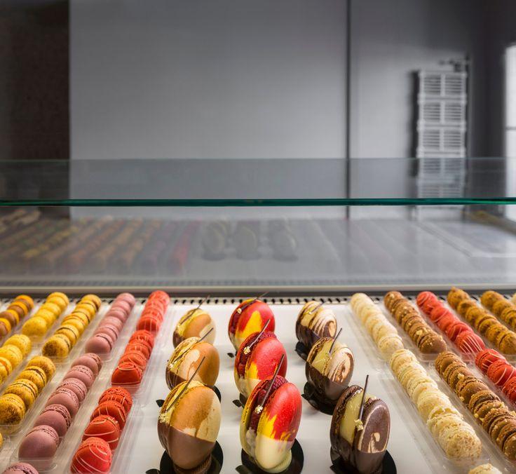 Pâtisserie À LA FOLIE (Canada) - http://deco-design.biz/patisserie-a-la-folie-atelier-moderno-anne-sophie-goneau-canada/19528/   #architecture #Canada #Patisserie #macarron