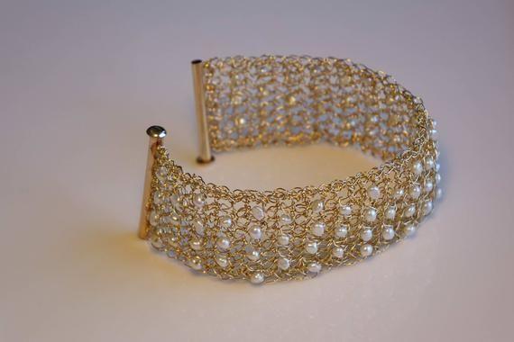 Bracelet de perles or, manchette de crochet de fil or, bracelet déclaration, bi…