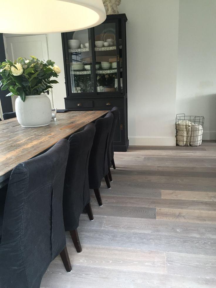 DHome verouderder eiken vloer. Ook de tafel, stoelen en lamp zijn leverbaar via ons.