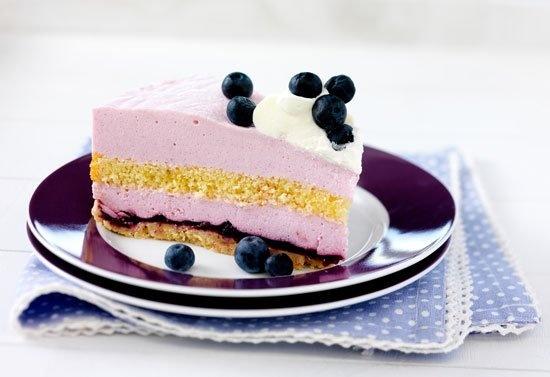 Met deze #taart heb je een bijzondere combinatie van #cake, #bosbessen en frisse…